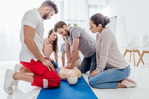 Kinderfee Erste Hilfe Seminarteilnehmer mit Übungsuppe