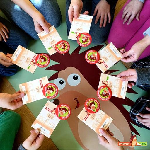 Pflasterpass Erste Hilfe für Kinder - Kinder im Kreis mit Pässen